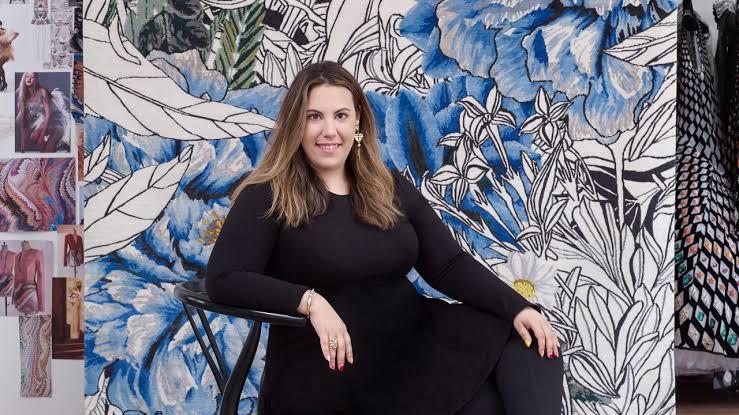 Die Modedesignerin Mary Katrantzou bringt ihre charakteristischen Grafikdrucke auf Teppiche