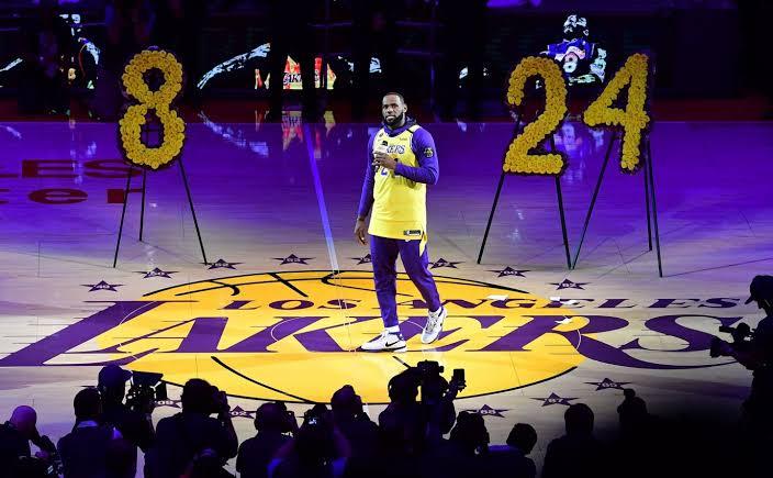 """LeBron James zollt Kobe Bryant Tribut, als Lakers nach Hause zurückkehrt: """"Lebe weiter, Bruder"""""""