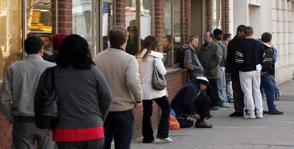Die wöchentlichen Arbeitslosenansprüche belaufen sich auf 881.000, besser als erwartet, da der Arbeitsmarkt weiter heilt