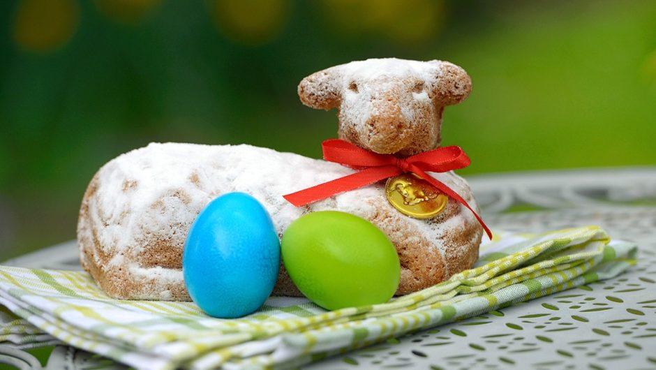 Zu den deutschen Traditionen zählen Osterfeuer, Eiersuche und lammförmige Kuchen