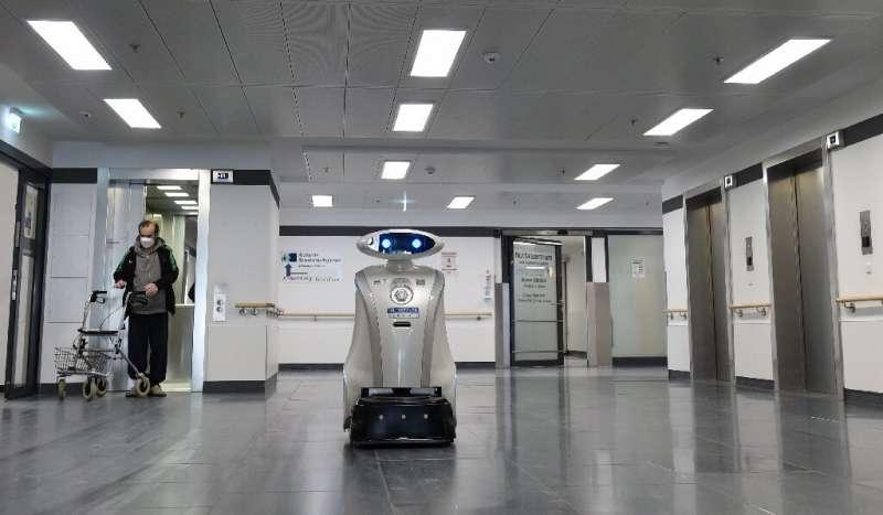 Der gesprächige Roboter Franzi muntert deutsche Patienten auf
