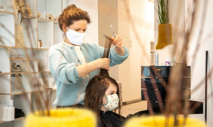 Deutsche Friseursalons öffnen wieder, da die COVID-Regeln gelockert werden