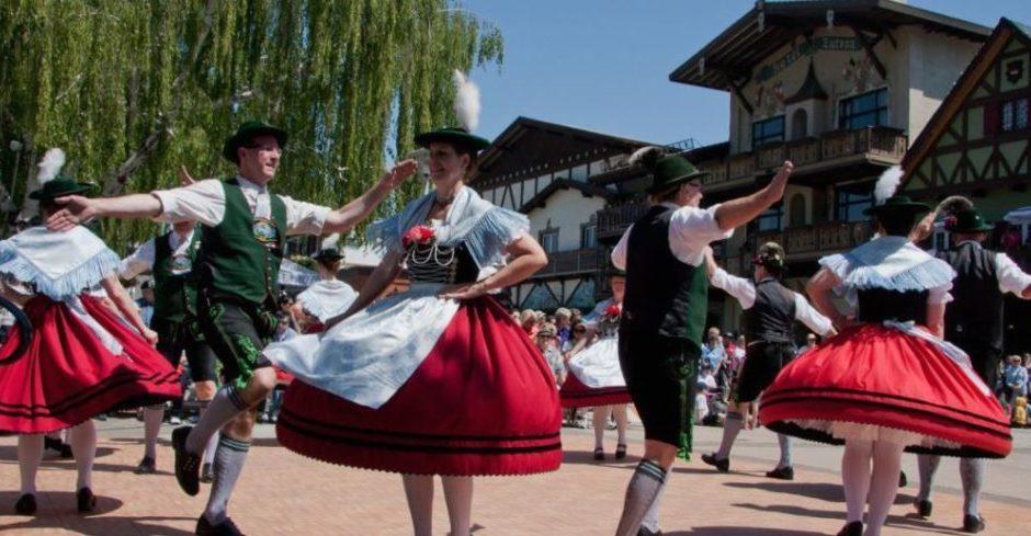Peorianer feiern den Frühling während des German Maifest Festivals